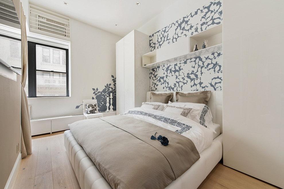 Классическая полка над кроватью в комнате