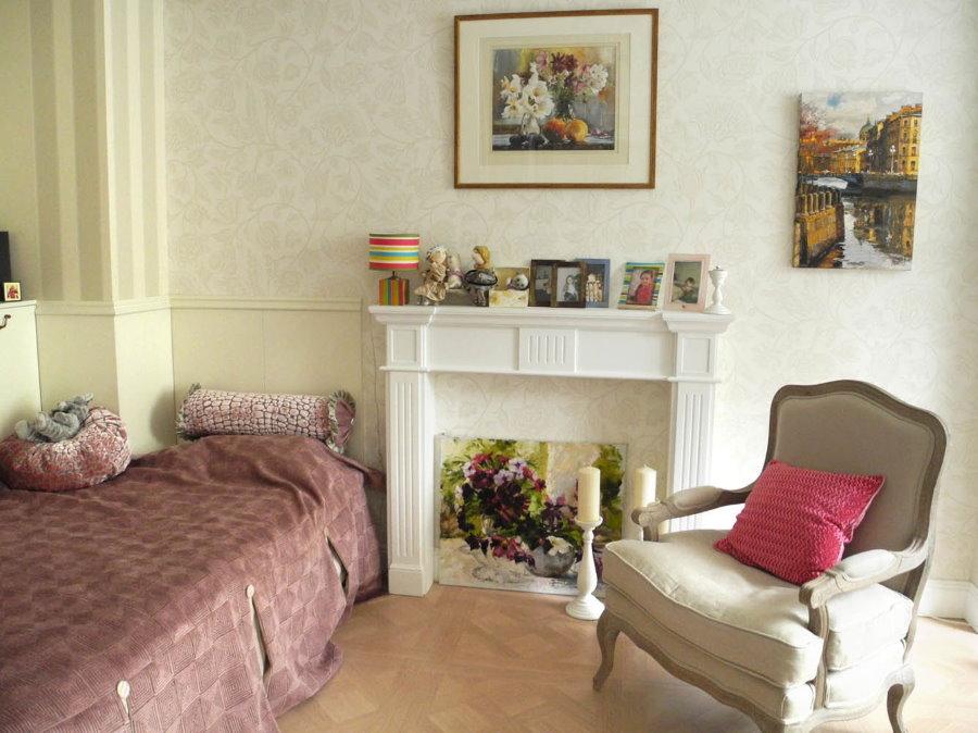 Кресло в спальне с имитацией камина