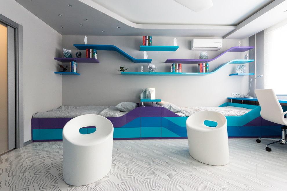 Дизайн спальни в стиле хай-тек с полками из пластика