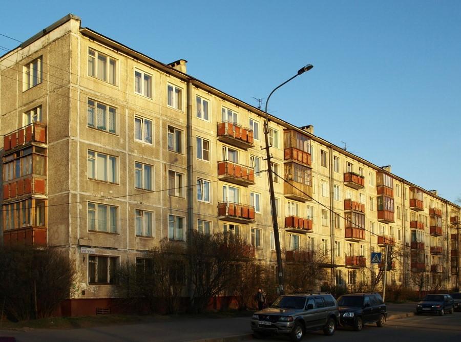 Обшарпанный фасад панельной пятиэтажной хрущевки