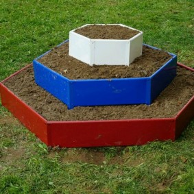 Клумба-пирамида из разноцветного металла
