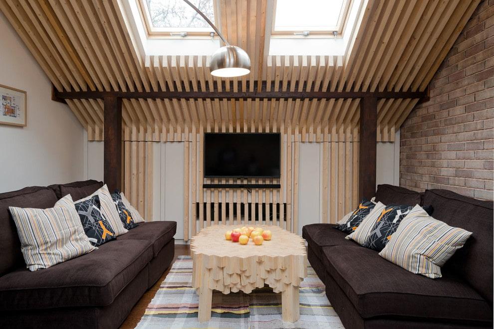 Реечный потолок в гостиной на мансарде