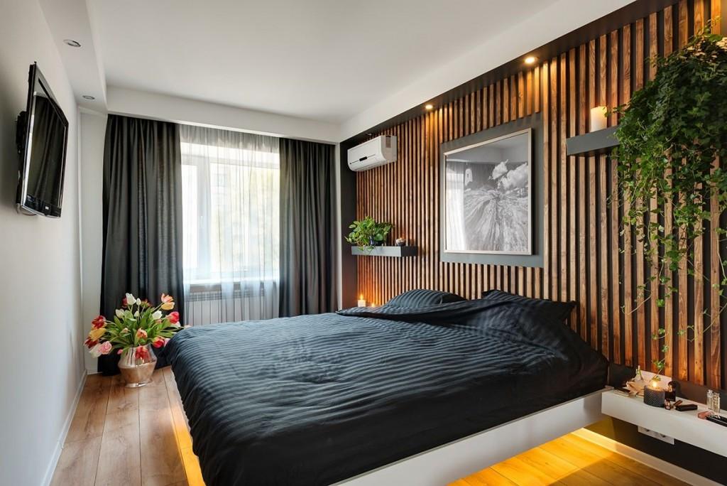 Деревянные рейки на стене спальни с черными шторами