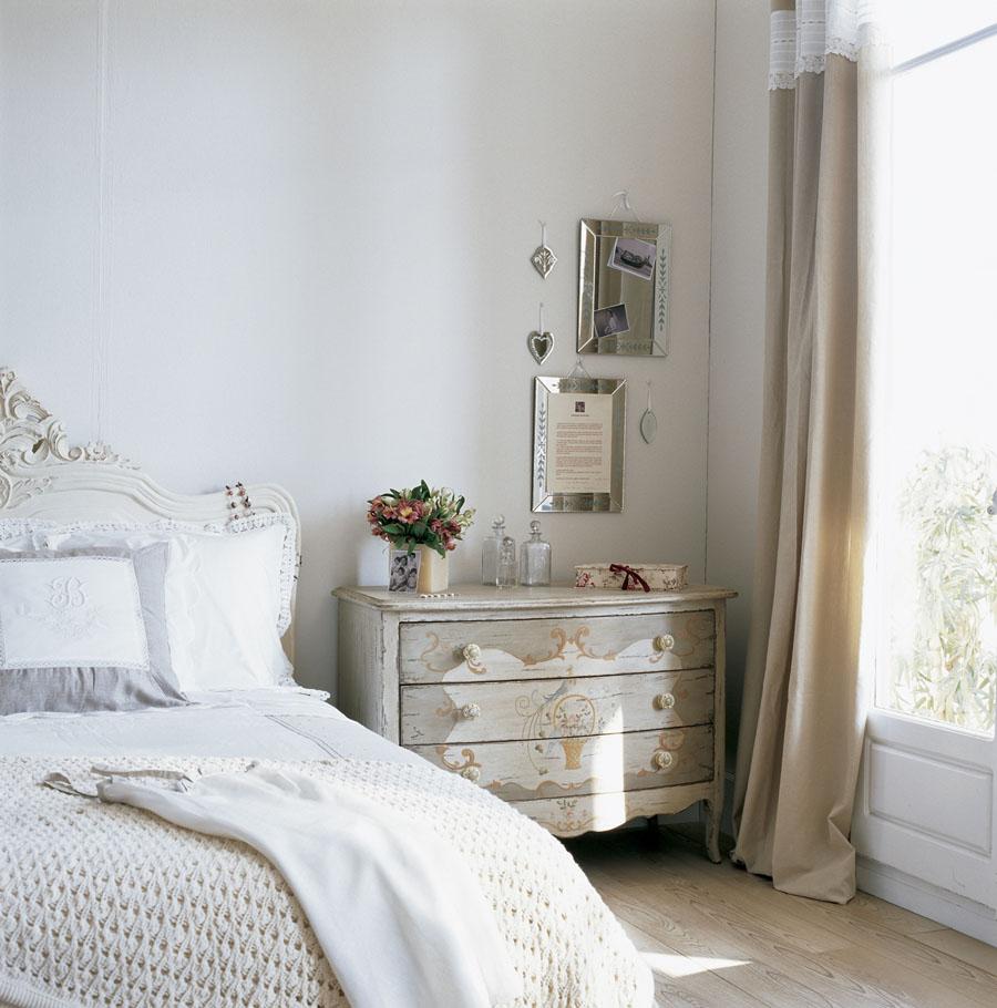 Ретро-комод с потертым фасадом в спальной комнате