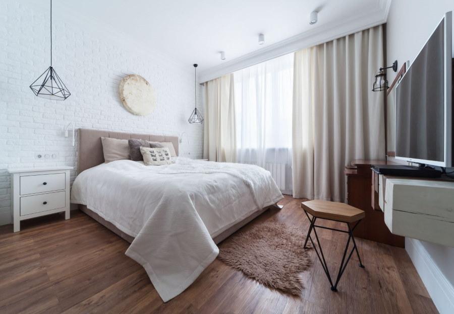 Спальная комната с ровным потолком белого цвета