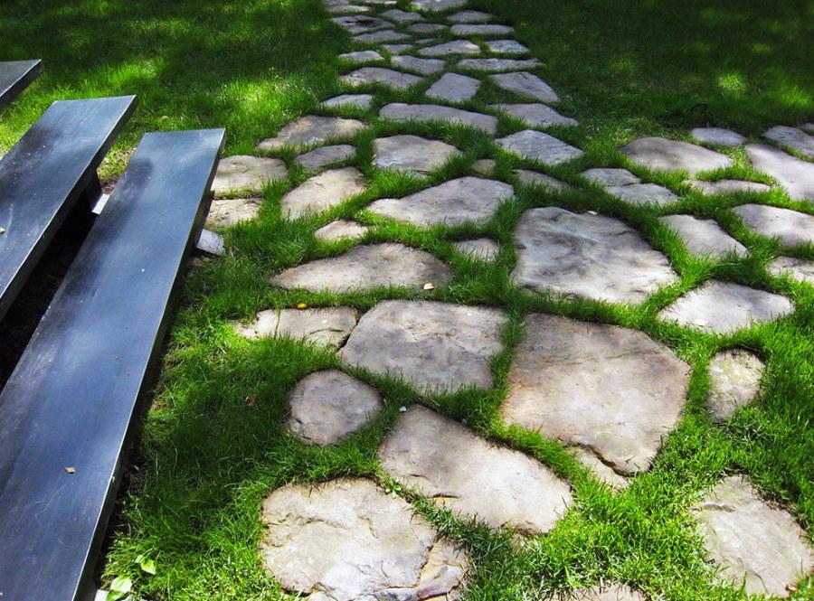Садовая тропинка из природных камней
