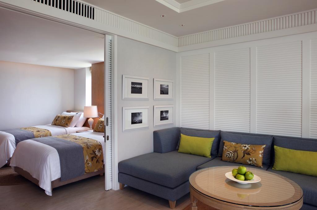 Сдвижная дверь в комнате с угловым диваном