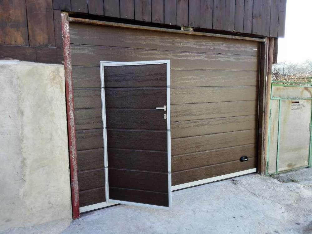 Секционные ворота со встроенной калиткой
