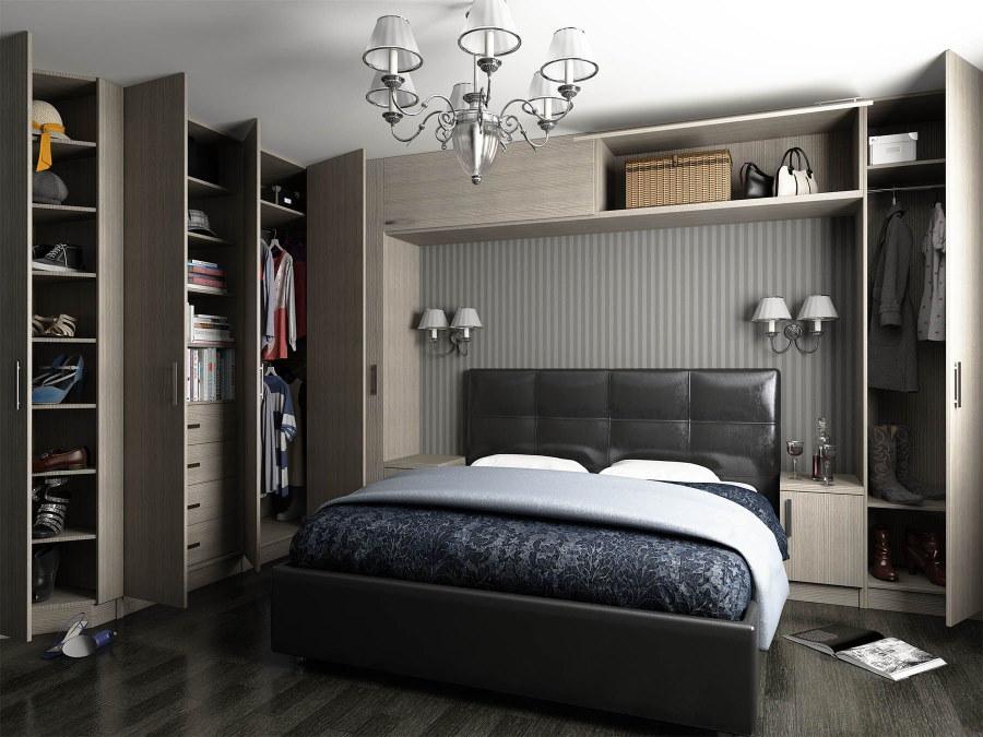 Открытые дверцы серых шкафов в спальне