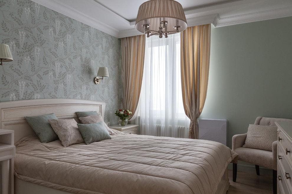Бежевые шторы в серой спальне