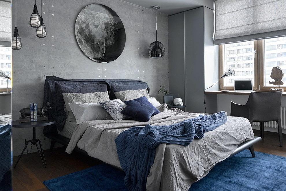 Синий ковер в спальне с серыми обоями