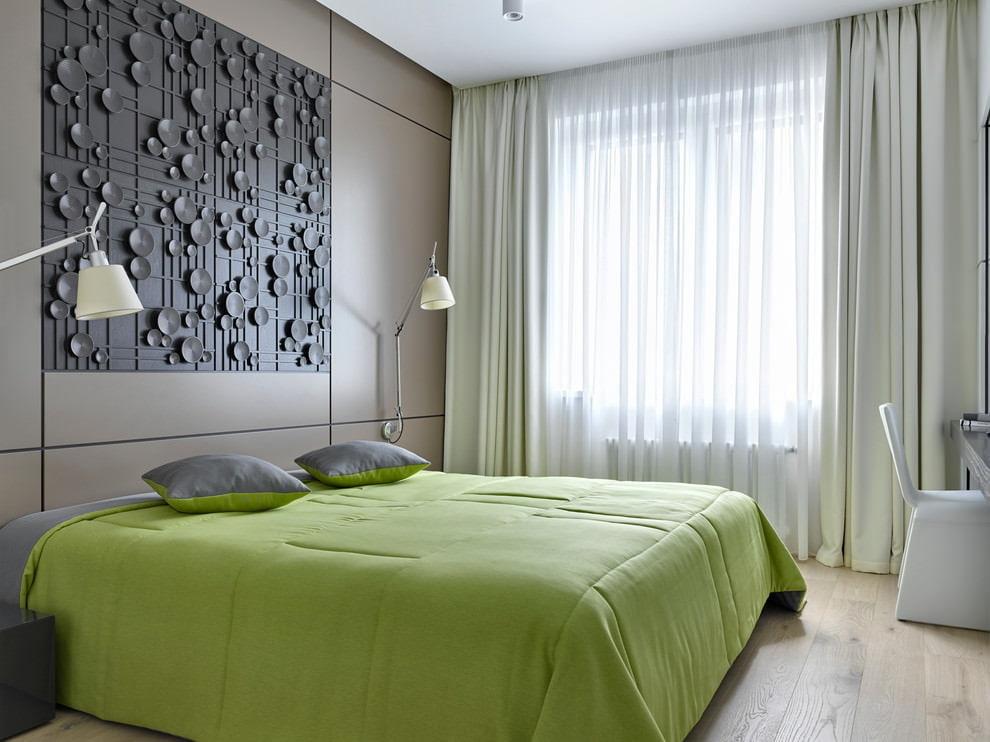 Зеленое покрывало на серой кровати