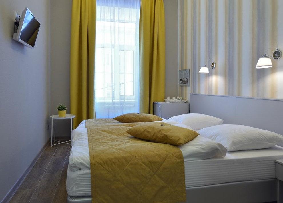 Желтые занавески в спальне небольшого размера