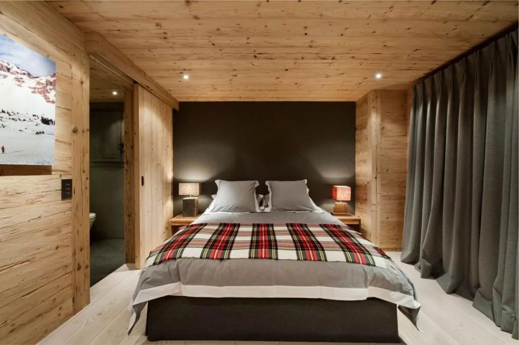 Серая штора вдоль одной стены спальной комнаты