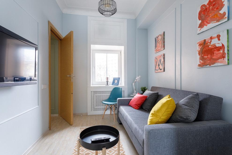 Прямой диван серого цвета в узкой комнате