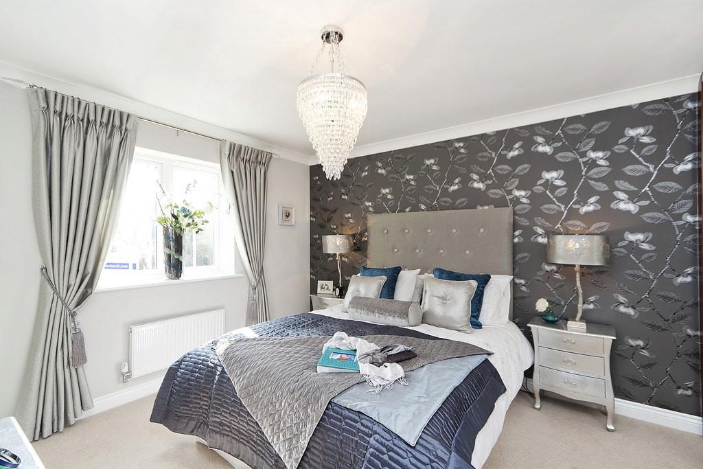 Светло-серые шторы в интерьере спальной комнаты