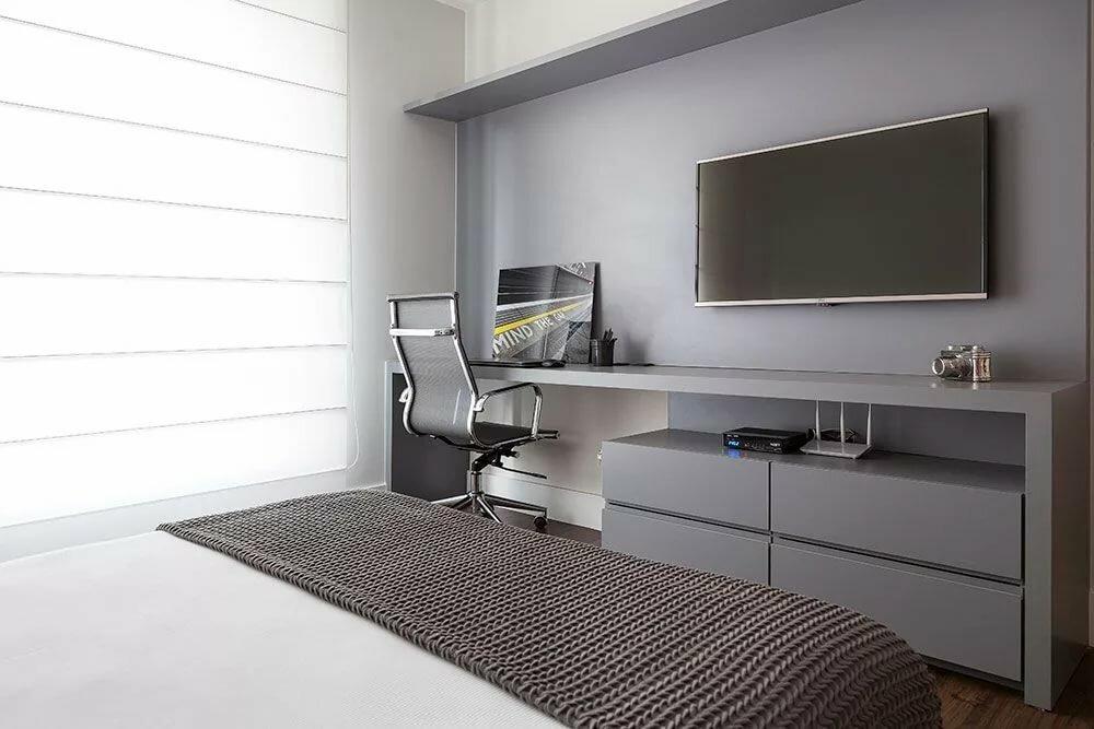 Серый стол в интерьере спального помещения