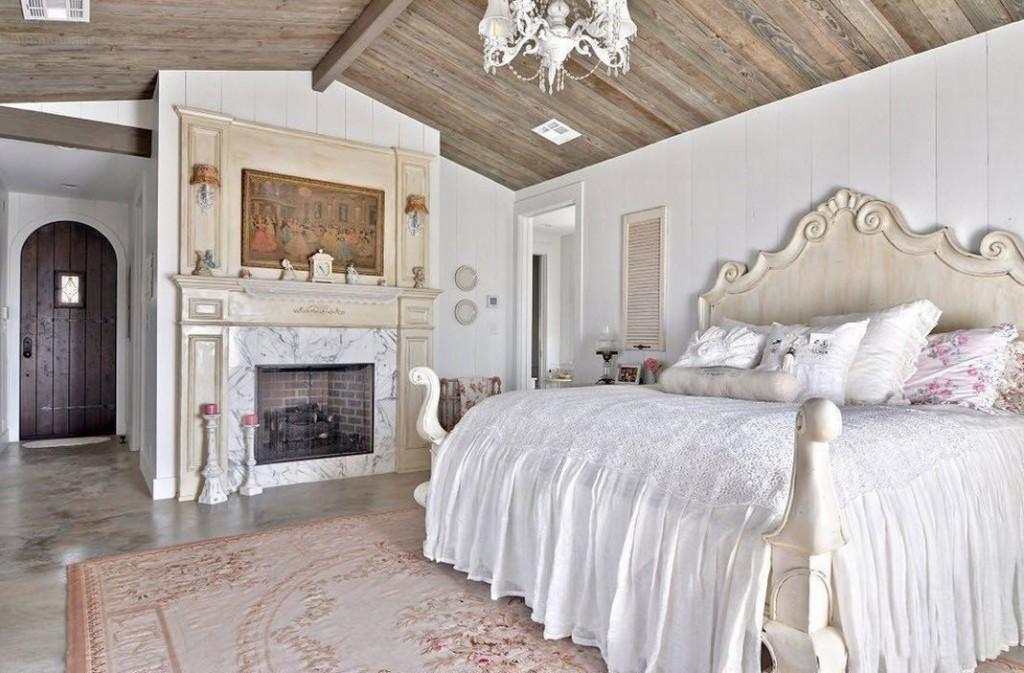 Роскошная кровать в спальне деревенского дома