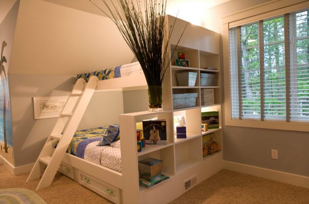 Открытые полки в двухъярусной кровати с лестницей