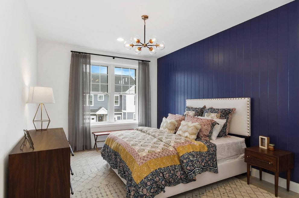 Широкий комод в прямоугольной спальне