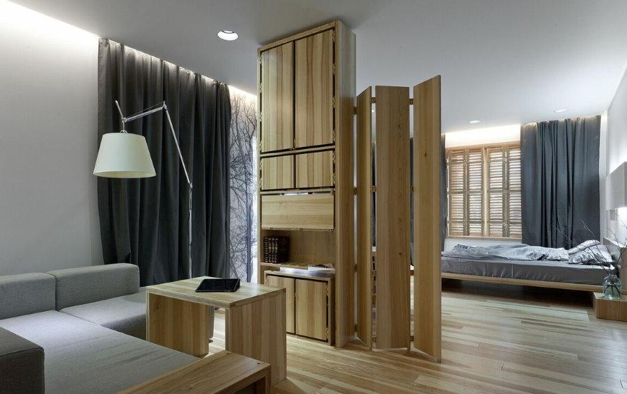 Шкаф-перегородка в комнате с мягкой мебелью