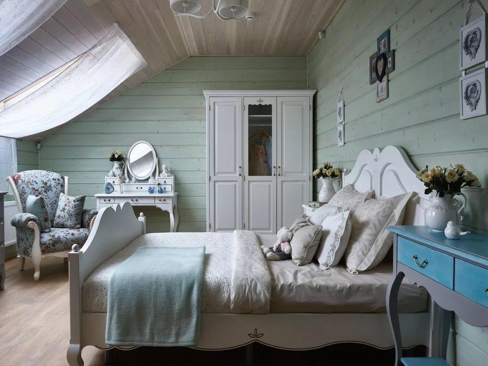 Распашной шкаф в углу спальни частного дома