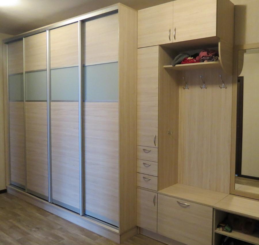 Корпусной шкаф в коридоре трехкомнатной квартиры
