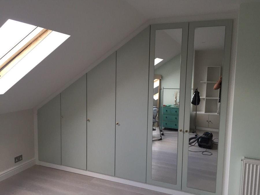 Встроенный шкаф в мансарде со скошенным потолком