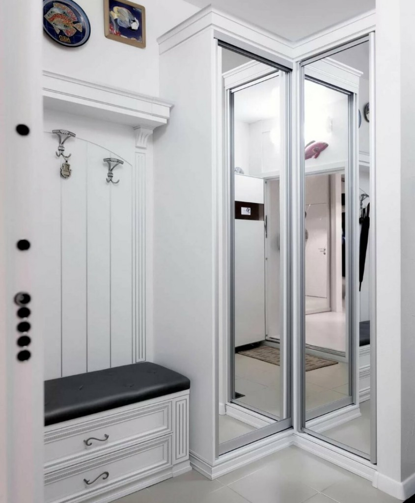 Зеркальный шкаф в углу маленькой прихожей