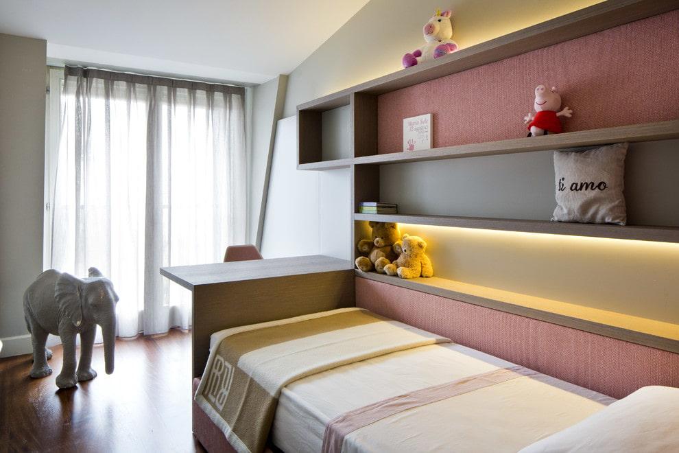 Полки из ДСП на кроватью в детской спальне