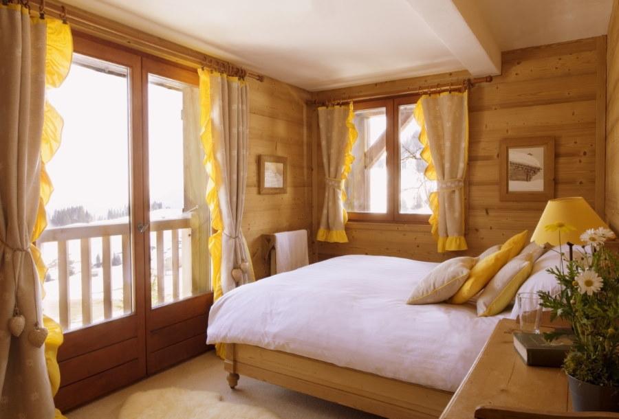 Короткие шторы на окне спальни в дачном доме