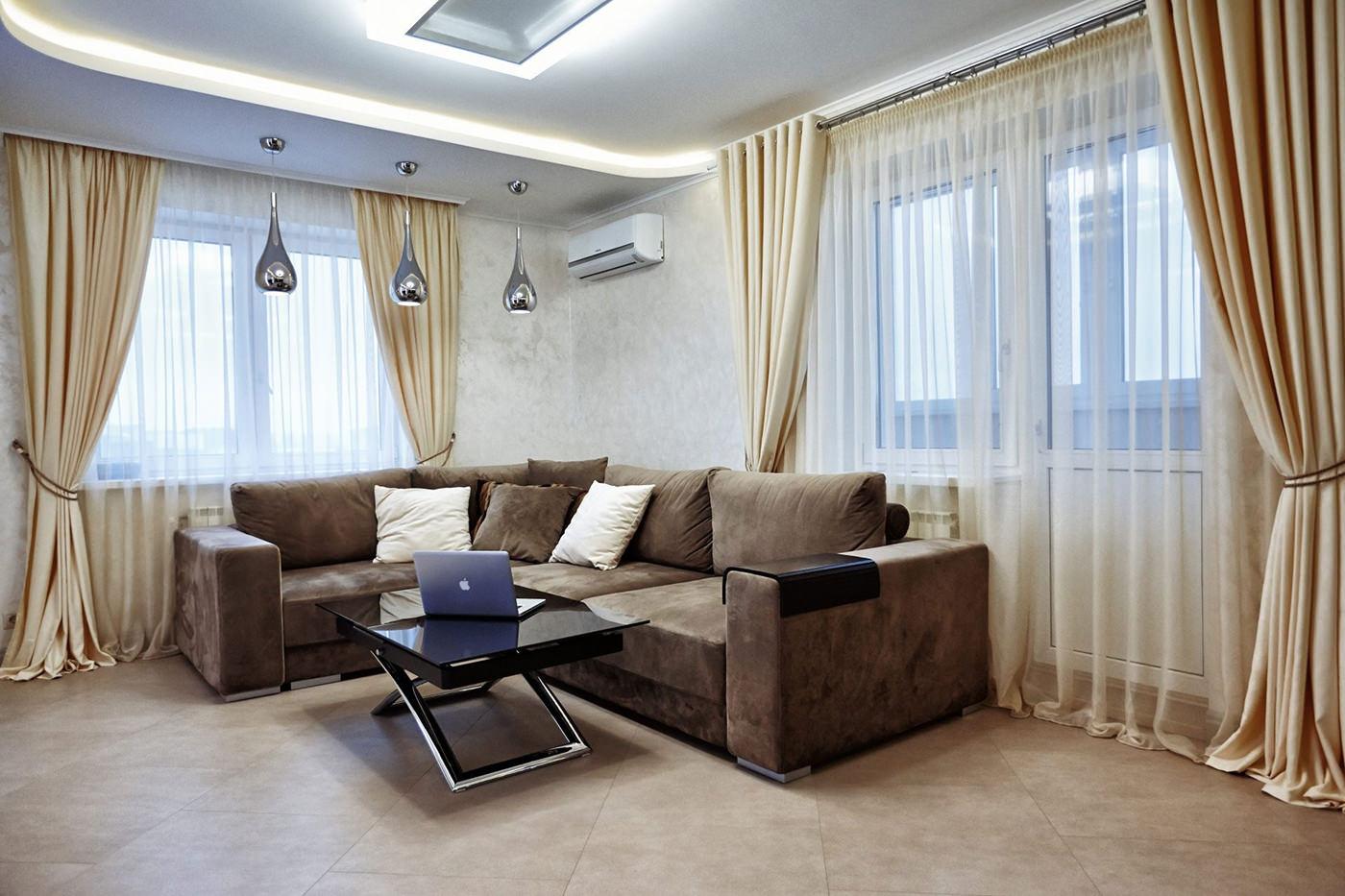 гостиная с двумя окнами светлая