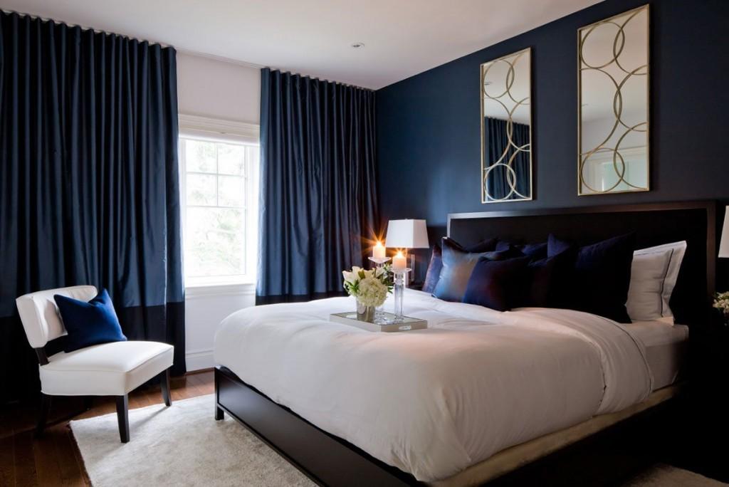 Белые акценты в синей спальне