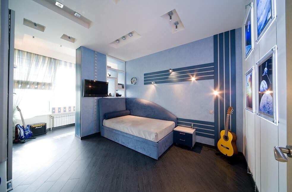 Синие полосы на стене спальни для подростка