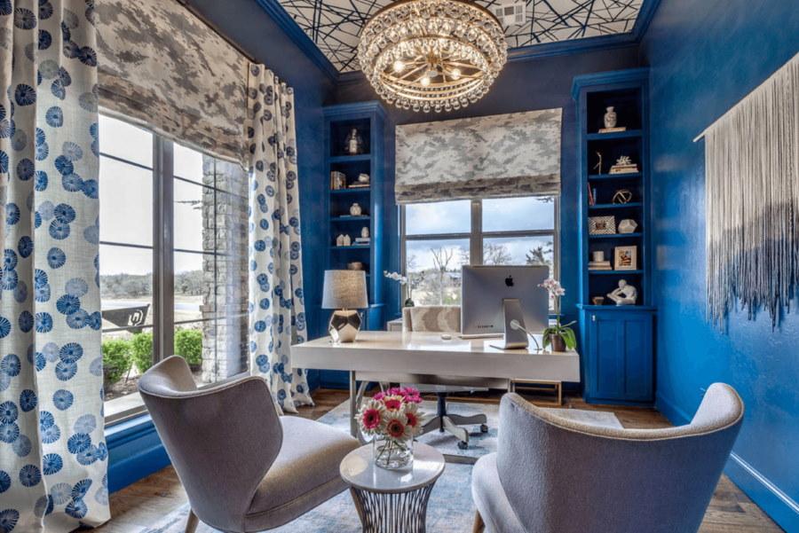 Интерьер кабинета с синими стенами