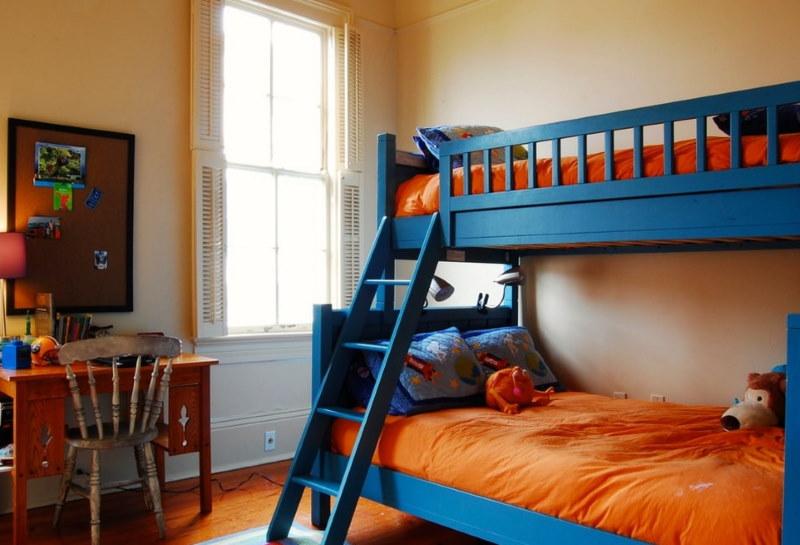 Синяя двухъярусная кровать в комнате мальчиков