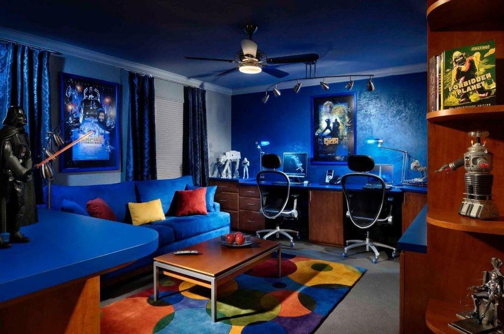 Интерьер комнаты геймера в синих тонах