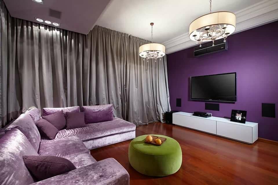 Сиреневый диван с блеском на деревянном полу гостиной
