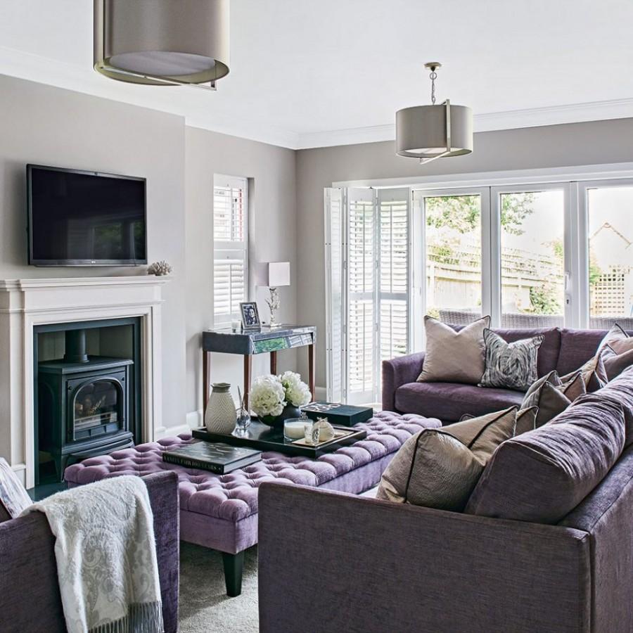 Сиреневая мебель в зале с серыми стенами