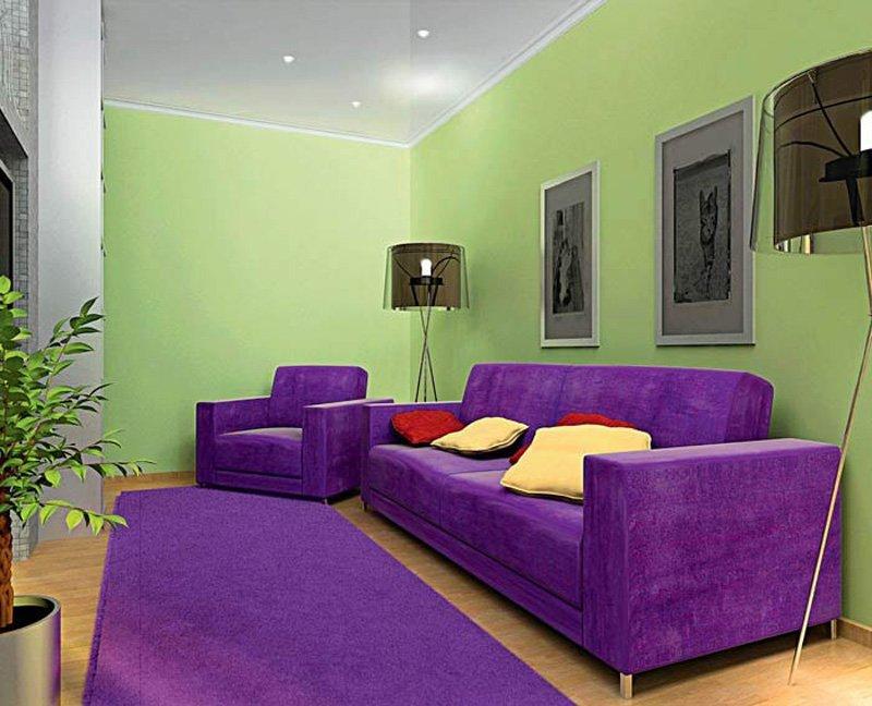 Темно-сиреневый диван на фоне светло-зеленой стены