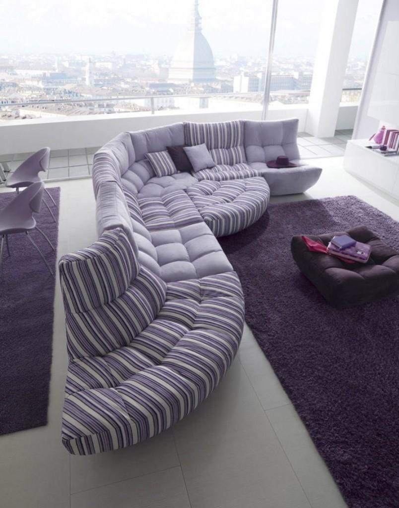 Сиреневый диван в гостиной с панорамным окном