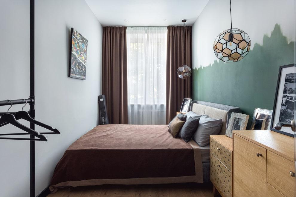 Широкая кровать в очень узкой комнате