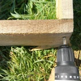 Скрепление бортов деревянной грядки
