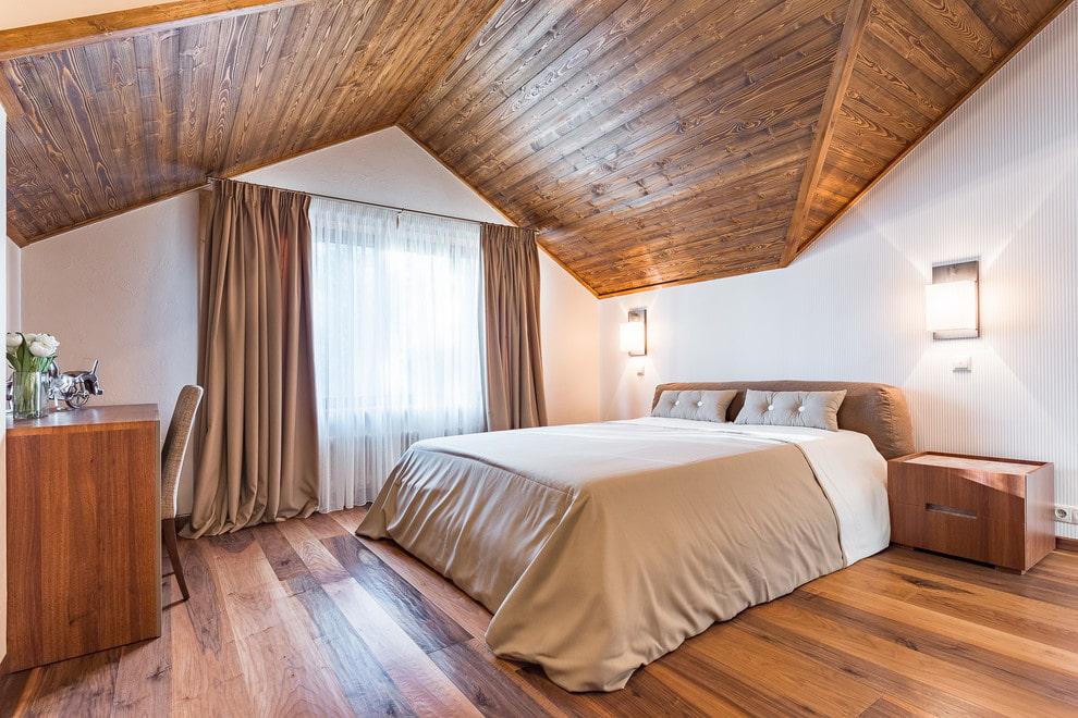 Обшивка потолка вагонкой в спальне на мансарде