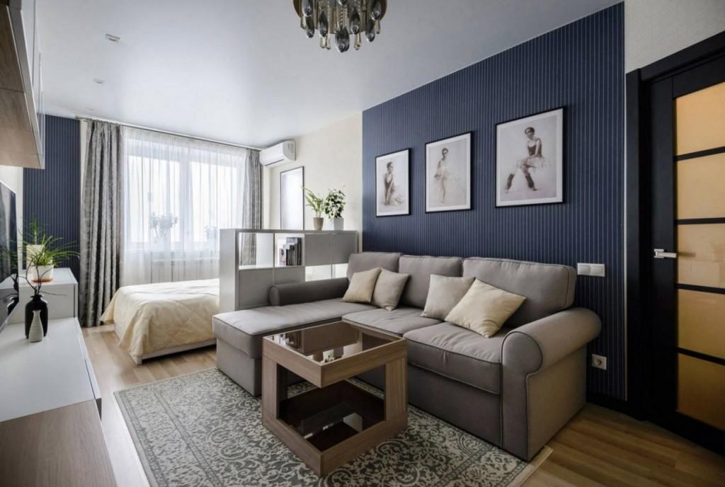 Интерьер однокомнатной квартиры с диваном и кроватью