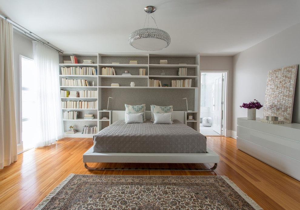 Белые полки в спальне современного стиля