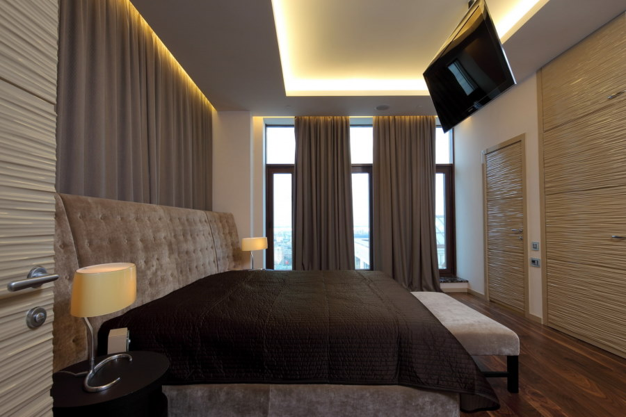 Парящий потолок в интерьере спальни