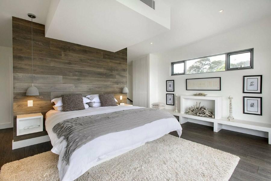 Потолок с перепадами высоты в спальне загородного дома