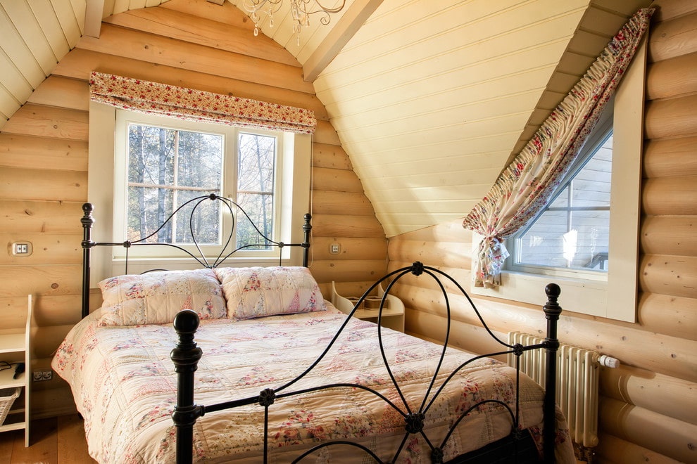 Кованная кровать в небольшой спальне