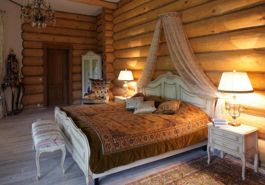 Широкая кровать в спальне бревенчатого дома